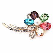 結晶の花のダイヤモンドを散りばめた輝くブローチ