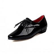 baratos Sapatos de Tamanho Pequeno-Mulheres Sapatos Couro Envernizado / Courino Primavera / Outono Conforto / Inovador Oxfords Caminhada Salto Baixo Dedo Apontado Cadarço