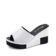 tanie Obuwie damskie-Damskie Obuwie PU Lato Comfort Sandały Spacery Koturn Odsłonięte palce na Na wolnym powietrzu White Black