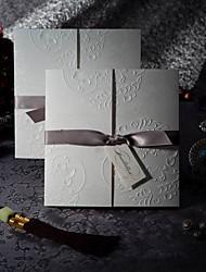 Недорогие -образец элегантного тиснения три раза свадебные приглашения с серебряной лук (один комплект)