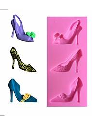scarpe col tacco alto muffa di figura fondente della decorazione della torta muffa