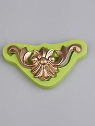economico -Torta di rilievo d'epoca dell'annata decorata con la muffa del silicone cucina gli attrezzi di cottura a caso