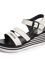 Damen Sandalen Komfort PU Frühling Sommer Normal Komfort Schnalle Keilabsatz Weiß Schwarz 2,5 - 4,5 cm