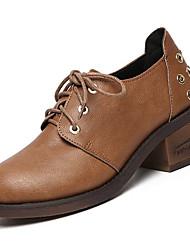 baratos -Mulheres Sapatos Couro Ecológico Primavera / Verão Conforto Oxfords Salto Baixo Ponta Redonda Preto / Castanho Escuro