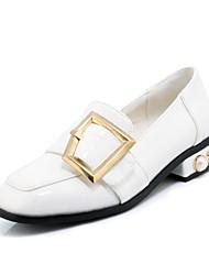 baratos -Mulheres Sapatos Courino Primavera / Outono Conforto Rasos Salto Baixo Ponta Redonda Presilha Branco / Preto / Verde
