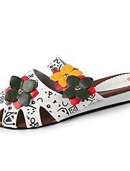 Недорогие -Жен. Обувь Полиуретан Лето Босоножки Башмаки и босоножки Для прогулок На плоской подошве Открытый мыс Заклепки Белый / Черный
