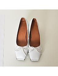 baratos -Mulheres Sapatos Pele Verão Conforto Rasos Salto de bloco Ponta quadrada Laço Branco / Preto / Cinzento Escuro