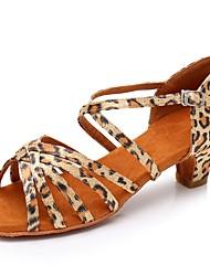 Недорогие -Жен. Обувь для латины Сатин Сандалии / На каблуках Пряжки Толстая каблук Персонализируемая Танцевальная обувь Цвет-леопард