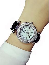 Недорогие -Жен. Наручные часы Секундомер / Светящийся / Имитация Алмазный Керамика Группа Блестящие / Кольцеобразный Черный / Белый
