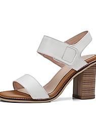 baratos -Mulheres Sapatos Pele Napa Primavera Verão Conforto Sandálias Salto Robusto Branco / Preto