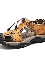 Недорогие -Муж. Комфортная обувь Кожа Лето На каждый день Сандалии Дышащий Желтый / Коричневый / Синий