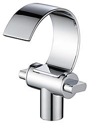 Недорогие -Ванная раковина кран - Водопад Хром По центру Две ручки одно отверстиеBath Taps