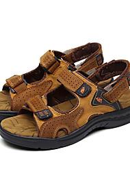 baratos -Homens Sapatos Confortáveis Pele Verão / Primavera Verão Esportivo / Casual Sandálias Respirável Marron