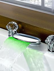 Недорогие -Ванная раковина кран - Водопад / LED Хром Разбросанная Две ручки три отверстияBath Taps
