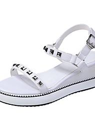 ราคาถูก -สำหรับผู้หญิง PU ฤดูร้อน ไม่เป็นทางการ รองเท้าแตะ รองเท้าส้นตึก หมุดย้ำ ขาว / สีดำ