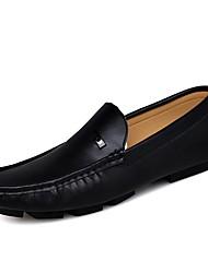 ราคาถูก -สำหรับผู้ชาย สไตล์อินเดียนแดง Synthetics ฤดูร้อนฤดูใบไม้ผลิ ไม่เป็นทางการ รองเท้าส้นเตี้ยทำมาจากหนังและรองเท้าสวมแบบไม่มีเชือก สีดำ / ขาว