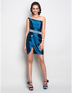 billige Kjoler i plusstørrelse-Tube / kolonne Enskuldret Kort / mini Elastisk sateng Cocktailfest Kjole med Krystalldetaljer / Sidedrapering av TS Couture®