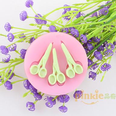 trzy nożyczki kremówki ciasto czekoladowe silikonowych form, narzędzi dekoracji pieczenia